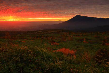 Hojas de otoño y monte. Iwate en Hachimantai Foto de archivo