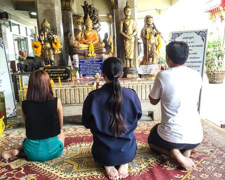 family praying: Familia rezando en una, la familia de Asia budista orando en un budista