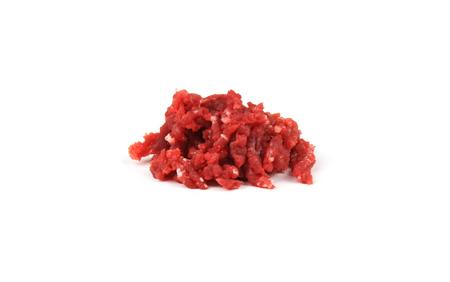 Terra carne cruda per hamburger su sfondo bianco.