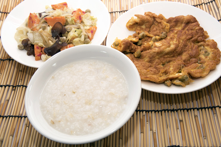 comidas saludables: Los alimentos cocinados a base de verduras y huevo muchos Alimentación Saludable Foto de archivo