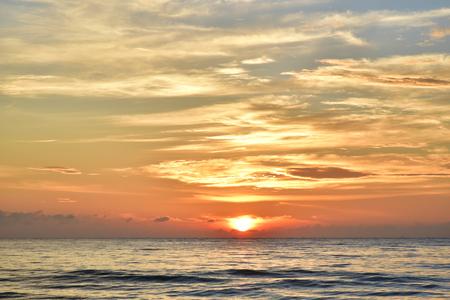 sol naciente: La salida del sol de la mañana junto al mar hermosa Foto de archivo