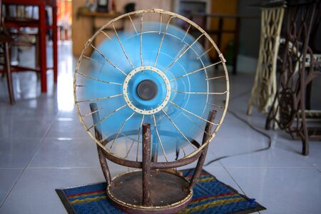 fan that is adapted to the steel chair is good for use Imagens