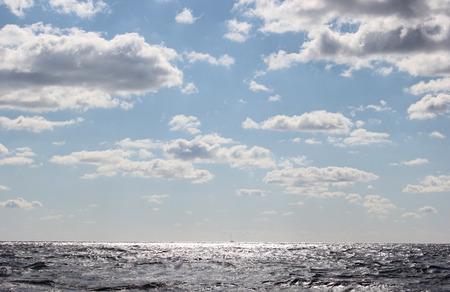 mare agitato: paesaggio marino mare mosso e cielo azzurro con soffici nuvole