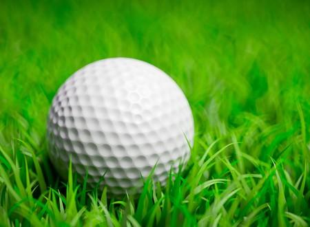 3D renderen van een golfbal in gras veld met ondiepe DOF  Stockfoto