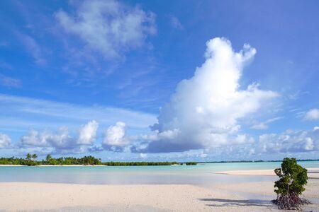 White sand beach, clear water, Kiribati, Micronesia in the central Pacific Ocean Banco de Imagens