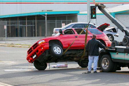 violaci�n: Un rojo utilitarios deportivos y fue alcanzado arrastr� por el coche azul detr�s de �l.