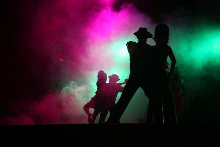 sagoma ballerina: Silhouette coppie di esecuzione per il teatro sul palco  Archivio Fotografico