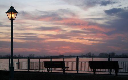Scène voor een romantische avond voor water zons ondergang