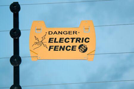 elektrischer Zaun: Warnung auf Elektrozaun zu Stromschlag zu vermeiden