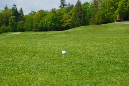 ティー、フェアウェイを見渡してゴルフ ボール 写真素材