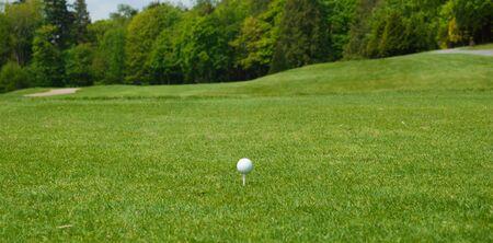 ティー、フェアウェイを直面しているゴルフ ・ ボール 写真素材