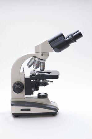 Microscopio isolato su bianco Archivio Fotografico - 3881465