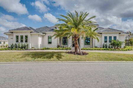 Large white Florida home with palm tree adorning the front yard Stockfoto