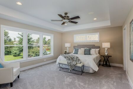 Beautiful master bedroom with much light from lots of windows Banque d'images