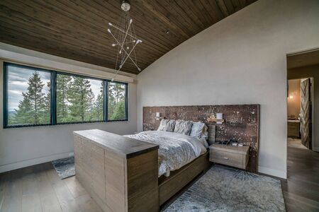 Master bedroom with rustic modern feel and an amazing view Banque d'images