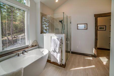 Effiziente Hauptbadezimmerdusche und freistehende Badewanne
