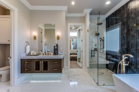 Large modern master suite with spectacular marble and wall tile Imagens