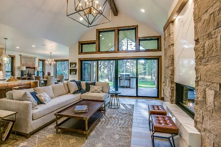 Fantastic modern linear fireplace in great room of new Idaho home Standard-Bild