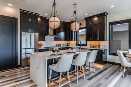 Kitchens with multi-colored wood flooring Imagens