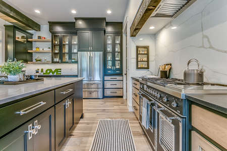 Modern appliances and amenities in newly built kitchen and home Banque d'images