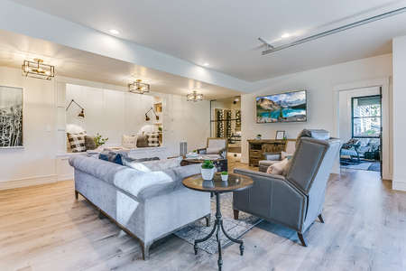 Gorgeous family room with built in reading nook bench 免版税图像 - 151111167