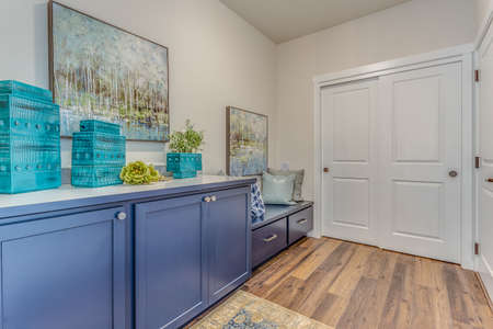 Blue cabinets and white closet sliding doors Stockfoto