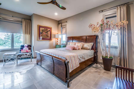 Wood bed frame and bed in staged bedroom Banque d'images