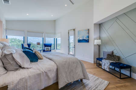 Great accent colors and vaulted ceiling in this bedroom with a view Banque d'images