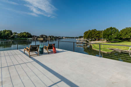 Deck platform and covered patio of Texas home near a lake, with outdoor entertaining options 版權商用圖片