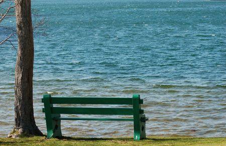 海岸沿いの空公園のベンチ