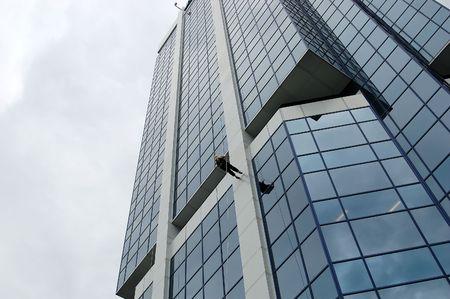 Femme rappel � un gratte-ciel.