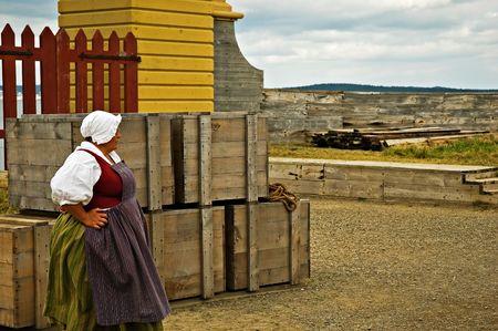Une femme de Louisbourg en attente pour le bateau � l'arriv�e. Banque d'images