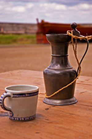 Une tasse gant et assis sur une table, dans les rues de Louisbourg Banque d'images