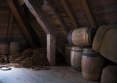 Int�rieur de Louisbourg dun b�timent historique, avec les barils de stockage et la corde