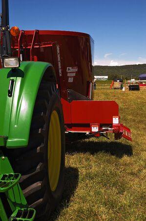 Farm Tractor et acculer machine jointe