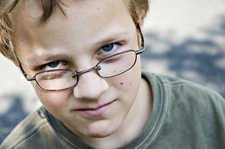 jeune adolescent attrayant posaing innocents avec une expression