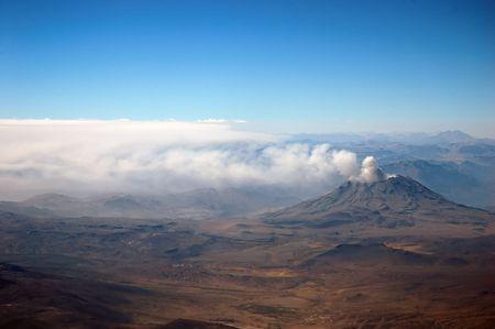 Une vue a�rienne d'un volcan actif dans la Cordill�re des Andes