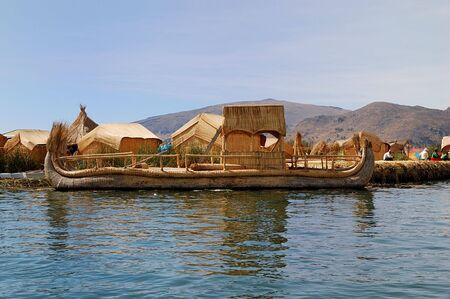 Reed bateau d'une �le flottante Uros sur le lac Titicaca au P�rou