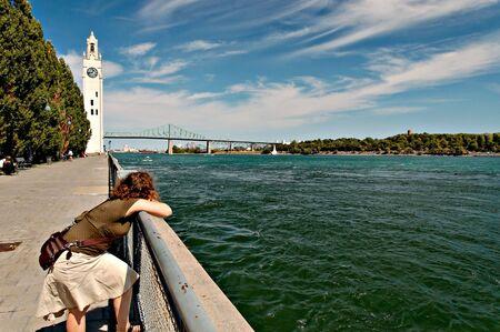 femme pench�e sur rail sur le fleuve Saint-Laurent, Montr�al, QC