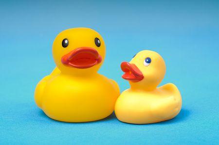 Canard de caoutchouc jaune sur fond bleu eau
