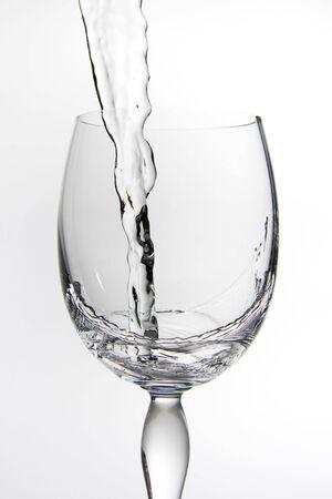 水で満たされているワインのグラス