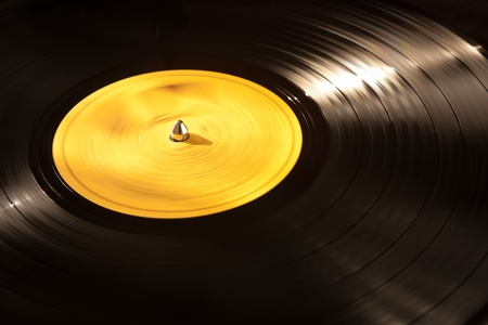 musica electronica: Un viejo vinilo LP jugando en un tocadiscos. Buen fondo para dise�os de m�sica.
