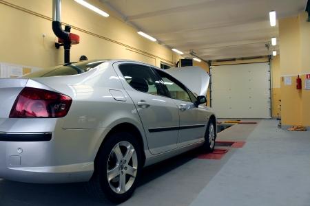 atelier de diagnostic de la voiture avec la voiture de l'argent moderne Banque d'images