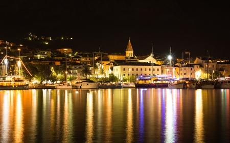 Makarska, beau paysage urbain paysage nocturne, Croatie, Europe Banque d'images