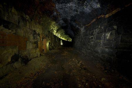 disused: La oscuridad de un t�nel ferroviario en desuso en el norte de Yorkshire, fotos tomadas con exposiciones largas y una mezcla de luz disponible y la luz antorcha, luz pintada a revieal las texturas y los ladrillos de un olvidado edad.