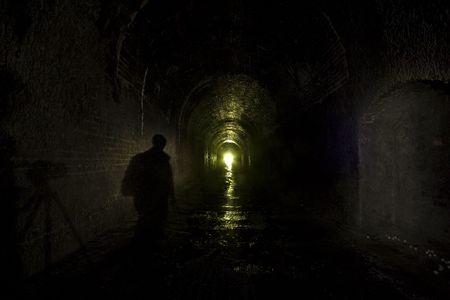 disused: Sombra cifra - la oscuridad de un t�nel ferroviario en desuso en el norte de Yorkshire, fotos tomadas con exposiciones largas y una mezcla de luz disponible y la luz antorcha, luz pintada a revieal las texturas y los ladrillos de un olvidado edad.