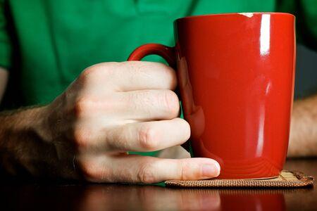 Man met een ochtend kopje koffie
