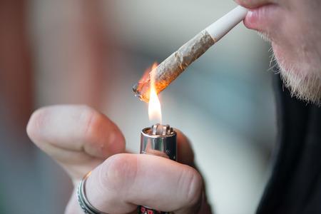 hombre fumando: Hombre de fumar cigarrillo de marihuana droga blanda en Ámsterdam, Países Bajos