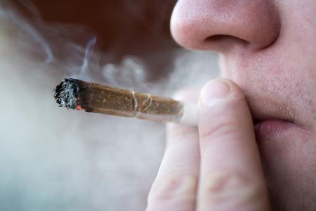 hombre fumando: Hombre de fumar cigarrillo de marihuana droga blanda en �msterdam, Pa�ses Bajos