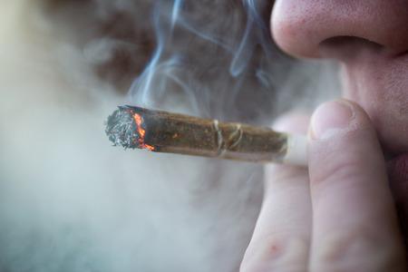 drogadiccion: Hombre de fumar cigarrillo de marihuana droga blanda en Ámsterdam, Países Bajos